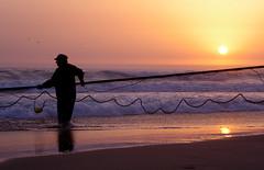 Recolha das Redes (Joo Caetano Dias) Tags: light sunset sea luz praia beach portugal gua backlight contraluz landscape mar pessoas europa europe gente playa paisagem plage trabalho pds estremadura fontedatelha tonalidades