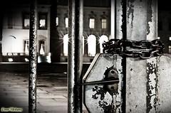 ...barriere... (davep.ictures) Tags: light art lights photo nikon foto luci cancello 2012 ruggine divieto serratura reggia catena d90 lucchetto venaria davepictures reggiadivenaria davideposenato
