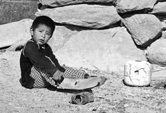Prove da sub (Francesco Lo Presti) Tags: america children mare per sguardo pietre roccia sassi pietra viso scarpe scarpa sabbia sudamerica bambino pinne tenerezza visino calzare bambinoperuviano