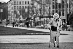 Three Legs Walking (Fabrice Drevon) Tags: street old woman white black building cane lady walking nikon leg perspective damien diagonal purse l stick mohamed 135mm caron simma d700 fabricedrevon streettogs