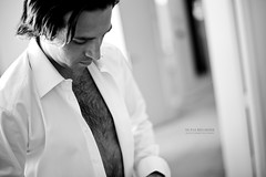 Ne pas regarder (Franck Tourneret) Tags: wedding bw white man shirt 50mm hotel groom nikon husband nb mari mariage blanche preparations homme htel chemise poux d700 prparatif