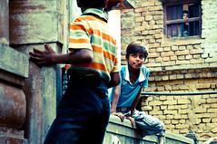 Children playing in Varanasi streets (dnavais) Tags: travel viaje india children asia varanasi aasia childrenplaying benarés
