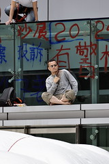 Incroyable Lau Chi-yan va sortir de sa poche arrière, son iphone. (XavierParis) Tags: china hongkong nikon asia asie xavier xavi chine hernandez wanchai iberica actu faitdivers 20112011 d700 xavierhernandez xyber75 lauchiyan xavierhernandeziberica