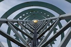Die goldene Kugel (Sockenhummel) Tags: fuji time sundial finepix zeit x30 uhr wolkenkratzer sonnenuhr britzergarten fujfilm grnberlin fujixe1
