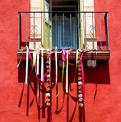 ribbons and shadows (msdonnalee) Tags: shadow holiday muro window wall ventana pared ribbons iron fenster  celebration finestra janela fentre finestre mexicanholiday ironcraft photosfromsanmigueldeallende irondetails photobydonnacleveland fotosdesanmigueldeallende