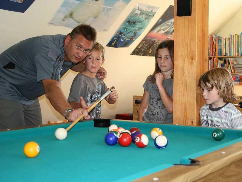 Lindenhof Hausmann - Familie spielt Billiard