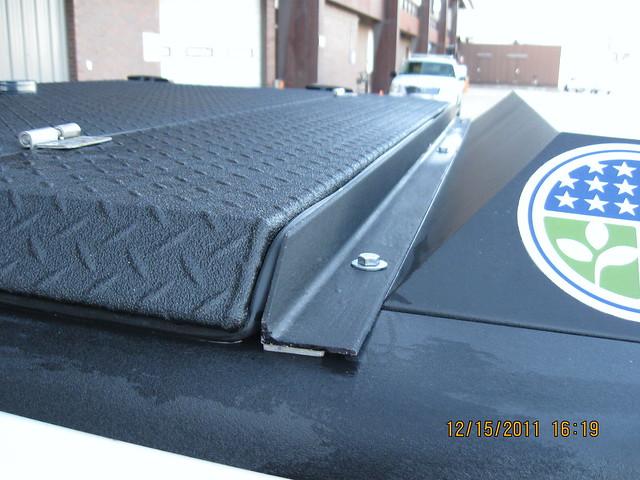 se aluminum pickuptruck lawenforcement diamondback diamondplate tonneaucover truckbedcover customermod toolboxcompatible organizationalaffiliation blacklinex ruggedblack lincolnairportpolice foldingtruckbedcover