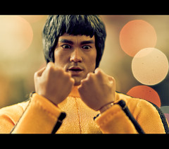 Bruce Lee, The Game of Death (Zed The Dragon) Tags: boss game macro art yellow jaune way french geotagged toys effects photography death iso100 big flickr minolta photos martial bokeh mort sony bruce wing lo 100mm best fave karate chun lee fist kungfu ch