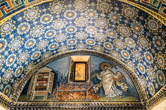 Ravenna: Mausoleum der Galla Placidia, 425-450 (Anita Pravits) Tags: italien italy italia mosaic chapel mausoleum ravenna emiliaromagna mausoleo mosaik kapelle saintlawrence sanvitale earlychristian gallaplacidia evangelien hllaurentius frhchristlich kreuzbau laurentiuskapelle
