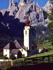Italien 1980 , Colfosco-Sellagebiet, Dorfkirche , 75028/6684 (roba66) Tags: travel italien italy mountains church nature berg rock landscape reisen montana rocks italia urlaub natur kirche paisaje dia berge explore iglesias landschaft sella trentino sdtirol canazei voyages felsen gebirge dorfkirche dolomiten colfosco corvara santuarios naturalezza roba66 sellaregion
