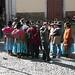 Gruppo di Aymara discute fuori da una chiesa (La Paz)