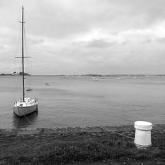 Repeinte à neuf (Jean Christophe Rollet) Tags: sea mer brittany pierre bretagne mole bateau jetée finistère sailingboat stpoldeléon baiedemorlaix