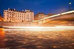 Quai d'Orleans et Pont de la Tournelle - Paris (romvi) Tags: longexposure bridge paris france water night buildings river lights noche boat nikon eau europe waves nacht ponte villa pont bluehour bateau vagues nuit romain quai notte fleuve bateaumouche crue fil lighttrail laseine immeubles batiments pontdelatournelle dorleans heurebleue quaidorleans lumires longuepause d700 romainvilla romvi