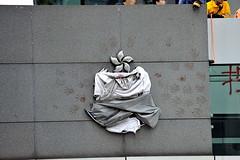 Le sigle de la police malmené, par Lau Chi-yan. (XavierParis) Tags: china hongkong nikon asia asie xavier xavi chine hernandez wanchai iberica actu faitdivers 20112011 d700 xavierhernandez xyber75 lauchiyan xavierhernandeziberica