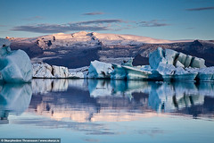rfajkull reflecting in the Glacier Lagoon - South Iceland (skarpi - www.skarpi.is) Tags: mountain ice sunrise island volcano iceland peak lagoon cap iceberg sland icebergs eldfjall stratovolcano clagier glacierlagoon vatnajkull jkull suurland southiceland rfajkull eldgos hnjkur hnjkurinn hvannadalshjkur hnjkurinni