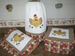 conjunto de cozinha (Zion Artes por Silvana Dias) Tags: chicken galinha quilt patchwork cozinha torradeira aplicação liquidificador patchcolagem trilhodemesa patchapliqué capaliquidificador capatorradeira zionartes