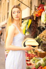 Laura (Elena.P.Lpez) Tags: madrid portrait espaa girl fashion fruit canon book spain model retrato moda modelo fruta frutera 60d canon60d lentefija objetivofijo mygearandme