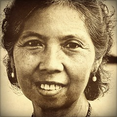 Portrait of a nice Lady (ulli_p) Tags: street travel people woman art texture beautiful sepia portraits thailand asia southeastasia faces bangkok streetphotography best textured thaipeople travelphotography artisticexpression aworkofart unaltraperlanera anotherblackpearl flickraward texturedphoto unseenasia canoneos450d earthasia spiritofphotography awardtree tatot bestflickrphotography womenexpression artofimages exoticimage mygearandme artwithinportraits
