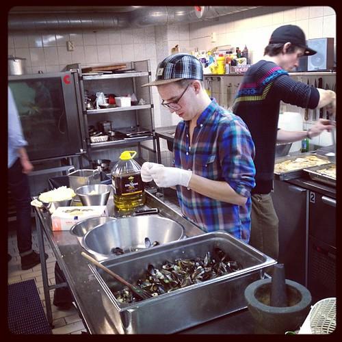 @laninge preppar musselsoppan!