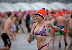 Unox Nieuwjaarsduik Scheveningen 2012 (Haags Uitburo) Tags: pictures new winter sea people cold holland beach water netherlands girl dutch strand photography 1 pier photo meer wasser foto fotografie scheveningen year den dive january picture nederland freezing noordzee running zee menschen celebration nieuwjaar massa event fotos years tradition bild haag kurhaus nordsee paysbas nederlands rennen thehague duik laia olanda januari januar 2012 haya niederlande muts mensen zuidholland nieuwjaarsduik vrolijk frhlich evenement unox nordsea lahaye niederlndisch haags uitburo schouwspel uitbureau massaal sheerful neujahrsbad