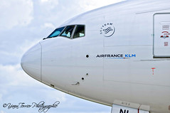 F-GZNI 777-300ER (Yann Terrier Photographie) Tags: door france up de airplane nose close aircraft air plan cockpit charles porte boeing gaulle klm nez aeroport avion gros alliance roissy cdg taxiways lfpg 777300er skyteam fgzni