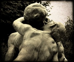 Le baiser des amants (Aviones Plateados) Tags: paris france kiss lovers beso amants baisser