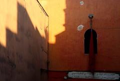 della serie Marrakech ... AVVOLTI DA LUCI E DA OMBRE ... n.4 (Maria Grazia Marrulli) Tags: africa travel vacation window shadows ombre finestra marocco marrakech medina luci strade viaggio architettura vacanza bandiera paesaggiourbano pareti scrittearabe obiettivo70200