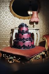 Ausgefallene Hochzeitstorte in Bordeaux- Schwarz (cakeandmore) Tags: gothic bordeaux rosen schwarz hochzeitstorte geburtstagstorte exclusiv hochzeitstorten exklusiv klassisch ausgefallen schwarzerosen zuckerblten essbareblten mehrstckig pinkschwarz