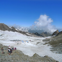 Summer skiing on the Kitzsteinhorn glacier (Bn) Tags: summer vacation snow ski mountains alps salzburg ice sports landscape geotagged austria climb high topf50 rocks skiing hiking flag days glacier adventure alpine valley meter 365 peaks tours incredible viewpoint hoiday impressive austrian endless pistes highest slopes kaprun everlasting kitzsteinhorn tauern hohen 50faves 3203 holidaysvacanzeurlaub geo:lon=12682981 geo:lat=47190259