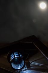 Luz y luz (Nando Verd) Tags: luz azul noche sombra luna iso alicante blanca cielo flare farol tejado frio nube elda contrapicado petrer oscuro llena ruido caseta farolillo baticao