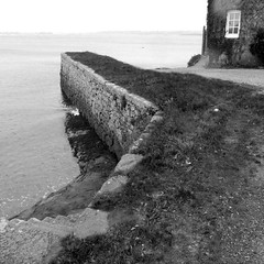 fentre sur mer (Jean Christophe Rollet) Tags: sea mer brittany pierre bretagne mole bateau jete finistre sailingboat stpoldelon baiedemorlaix