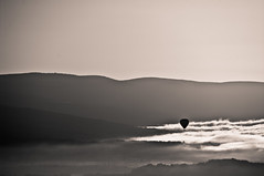 Voyage (F@bH) Tags: nuages gordes mongolfire noirblanc voler lubron