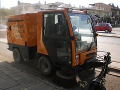 Καθαρισμός του ποδηλατόδρομου με ειδικό μηχάνημα (σκούπα)