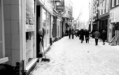 Lijnmarkt, Utrecht (Pim Geerts) Tags: street snow man cold photography utrecht sneeuw broom lijnmarkt kou bezem korting straatfotografie websize winterse straatplaat