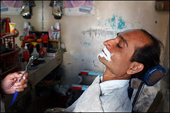 Shave - Jamnagar (Maciej Dakowicz) Tags: people india person asia shaving barber shave hairdresser razor gujarat phototrip jamnagar