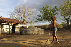 (Lucille Kanzawa) Tags: brazil house brasil casa shadows well watertank sombras pernambuco cistern sertão cisterna hinterland buíque sertãodepernambuco hinterlandofpernambuco girlsweepingawaywithabroom meninavarrendo