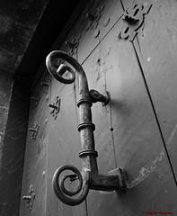 Vitoria-Gasteiz, lava, Pas Vasco, Espaa (Caty V. mazarias antoranz) Tags: friends espaa amigos spain puerta vitoria descanso vitoriagasteiz pasvasco lava aldaba llamador bromas portn laciudadpintada muralesenvitoria ilovevitoriagasteiz