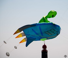 Alien in the town (Kati`s Fotografie) Tags: lighthouse festival dragon wind outdoor alien himmel bremerhaven leuchtturm drache norddeutschland drachenfest northerngermany canoneos70d drachenfestival2016