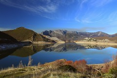Crystal lake. [Explore] (Yavanna Warman {off}) Tags: sky panorama españa mountain lake mountains reflection canon landscape lago eos town spain agua village crystal pueblo paisaje pantano reservoir reflect cielo reflejo 1855mm cristal león montañas embalse digitalcameraclub milde boñar sooc vegamián porma 1000d juanbenet