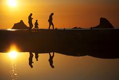 The year ends... / El ao se acaba... (pasotraspaso. Jesus Solana Fine Art Photography) Tags: sunset sea reflection yearend kids atardecer mar mediterranean mediterraneo walk nia paseo reflejo naranja findeao nikond80 e3