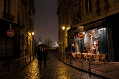 Rue Henri Robert - Paris (France) (Meteorry) Tags: city urban paris france night square evening couple europe december pluie rainy newyearseve noentry soire nuit rveillon pontneuf urbain ledelacit 2011 pleuvoir meteorry placedauphine saintsylvestre placedupontneuf sensissue ruehenrirobert