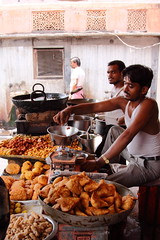2075 Jaipur, Rajasthan, India (Traveling Man  Traveling, back soon) Tags: street city food india man men cooking amber candid indian capital scene jai jaipur rajasthan ii singh frying subcontinent city india south sawai canonef24105mmf4lisusm republic canoneos50d pink asia maharaja markaveritt