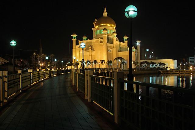 Masjid Omar Ali Saifuddien at night
