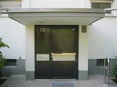 1965 Berlin-W. Tr mit Vordach Wohnzeile im Aufbauprogramm 3Et. 6WE Anna-Siemsen-Weg 13 in 12353 Neuklln (Bergfels) Tags: architekturfhrer bergfels 1965 wohnzeile aufbauprogramm we annasiemsenweg 12353 neuklln wohnanlage mfh westberlin siedlung wohnhaus 1960er 20jh zweispnner tr eingang portal 3et vordach berlinw berlin