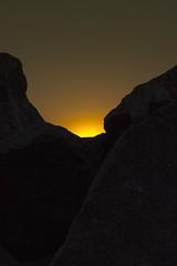 Behind the Rocks (rod.hokpicture) Tags: sol nikon rocks do laranja monochrom por rochas monocromtico d3100
