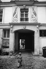 le 62 rue des Archives (ct cour) - Paris (Jack_from_Paris) Tags: jpr0857d700 nikond700 zeissdistagon2825mmzf carlzeiss f40 bw noir et blanc paris rue des archives 62 cour pavs porte cochre passant enfant wide angle street la prime lens monochrom