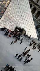 Crowd before the pyramid (Giulia_) Tags: paris france louvre foule pyramide verre passant touriste hauteur visiteur déc11