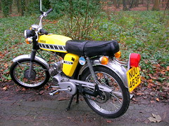 A Fizzer! (Lawrence Peregrine-Trousers) Tags: show park old uk 2 two england classic sports bike yellow vintage japanese european britain stroke nacc special assist gb 1975 motorcycle yamaha british moped 1976 pedal fizzy leyland fizzer assisted worden 2t vmcc fizzie ffffffffff fs1e vjmc sixteener