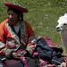 Donna in abiti tradizionali tesse in Tambomachay
