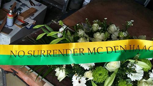100mm geel groen rouwlint met zwart bedrukt